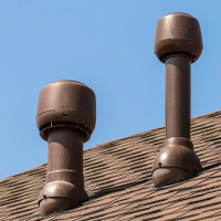 Tuyaux de ventilation sur le toit de la maison: disposition de la sortie d'échappement à travers le toit