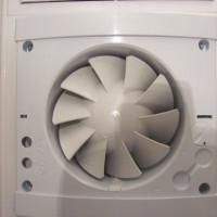 Tvaika nosūcējs vannas istabai un tualetei: projekta izveidošanas smalkumi un sistēmas sakārtošanas nianses