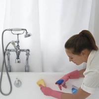 Comment et quel est le meilleur pour laver un bain blanc: compositions industrielles et folk efficaces + conseils précieux