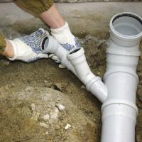 Kaip nutiesti kanalizacijos vamzdžius privačiame name: klojimo + montavimo žingsnių schemos ir taisyklės