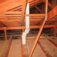 Disposition de la ventilation des tuyaux d'égout: la construction de conduits à partir de produits polymères