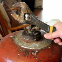 How to disassemble a gas cylinder: step by step instructions + precautions