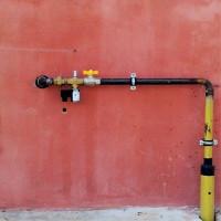 Pose d'un gazoduc dans un boîtier à travers un mur: les spécificités d'un dispositif pour introduire un tuyau dans la maison