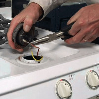 Why the gas stove does not hold the flame, the oven goes out and the burner goes out: an overview of the reasons and repair tips