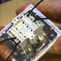 Connexion de l'interrupteur de passage de deux à trois endroits: analyse des circuits + notice d'installation