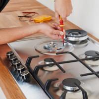 Pourquoi une cuisinière à gaz est choquante: raisons populaires et recommandations pour leur élimination