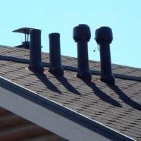 Adjonction du toit à la gaine de ventilation: disposition du passage de l'unité de ventilation à travers le toit
