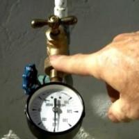 Vandens slėgio vandens tiekime bute standartai, jo matavimo ir normalizavimo metodai