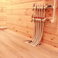 Planchers d'eau chaude sur un plancher en bois: caractéristiques de la pose du système sur une base en bois