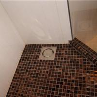 Comment faire un drain de plancher pour une douche sous une tuile: un guide pour la construction et l'installation