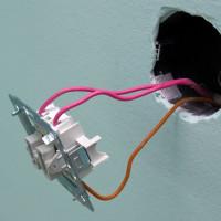 Connexion d'un interrupteur d'éclairage à deux touches: les nuances du travail d'installation