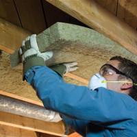 Isolation du plafond dans une maison en bois privée à l'intérieur et à l'extérieur: choisir le meilleur matériau et les nuances d'installation