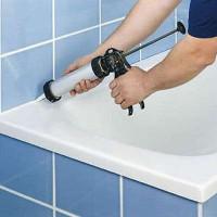 Comment fermer le joint entre la salle de bain et le mur: options et technologie pour l'étanchéité