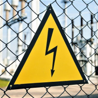 Electrical safety posters: types of plates and graphic signs + application