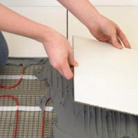 Comment faire un plancher chaud sous la tuile: règles de pose + guide d'installation