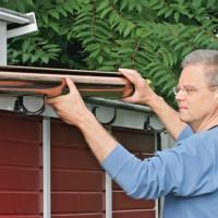 Latakų montavimas: kaip tinkamai sumontuoti lataką ir pritvirtinti jį prie stogo