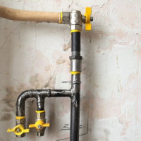 Pourquoi le tuyau de gaz dans l'appartement vibre et bourdonne: causes du bruit et solutions au problème