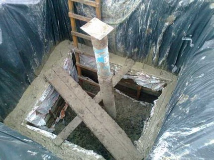 Concrete monolithic caisson for a well