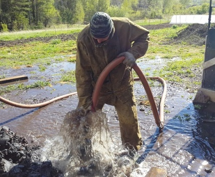 Flushing the well with two pumps