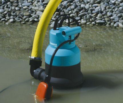 Įrenginys su plūdės mechanizmu