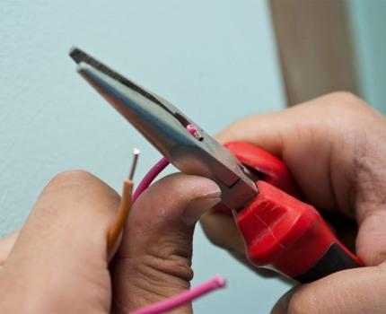 Dénuder les extrémités des fils avec une pince