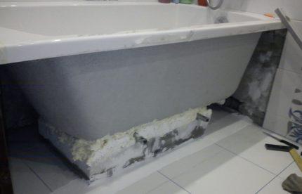 Installera ett badrum på tegelstenar