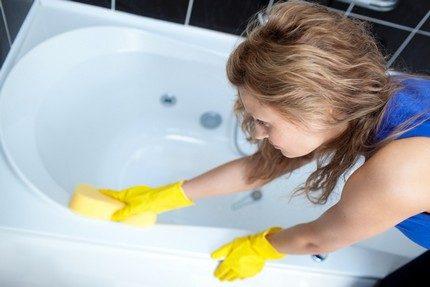Nettoyage des parois de la cuvette de salle de bain