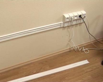 Fil dans le canal de câble en plastique