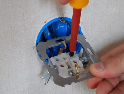 Correct installation of a socket