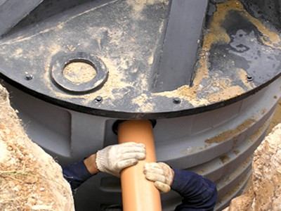 Pipe connection to a plastic housing