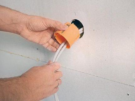 Installation d'un boîtier de prise dans une cloison sèche