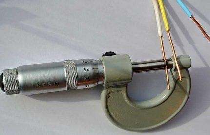 Tråd tvärsnittsmätning med en mikrometer