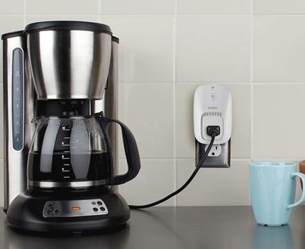 La prise intelligente allumera la cafetière