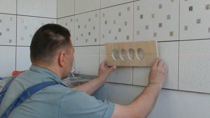 Installer une prise dans une tuile