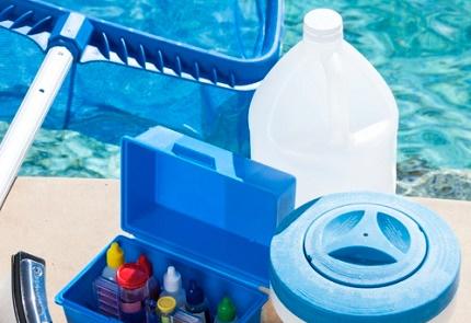 Purification de l'eau dans la piscine par des floculants