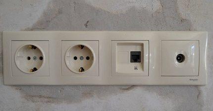 Version modulaire des prises de courant et Internet