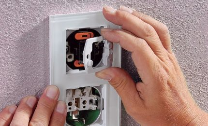 Installation et raccordement d'une prise avec interrupteur dans un seul boîtier