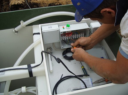 Connecting the power cable to the terminals