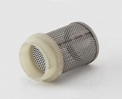 Le filtre avec une grille pour la purification de l'eau brute