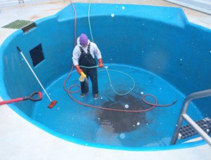 Waterproofing the pool with colored coating waterproofing