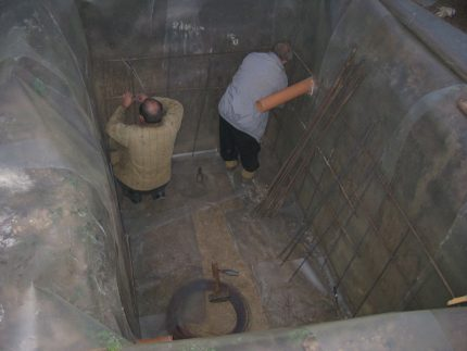 Pit waterproofing in a pit for a septic tank made of concrete