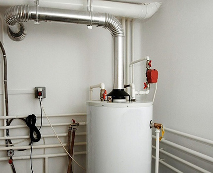 Gas water heater with open combustion chamber