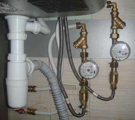 Utilisation d'un eye-liner flexible pour installer des compteurs d'eau