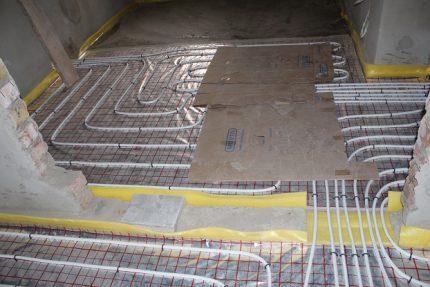 Apsildes cauruļu aizsardzība zem grīdas