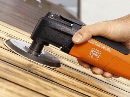 Ponçage d'une surface en bois