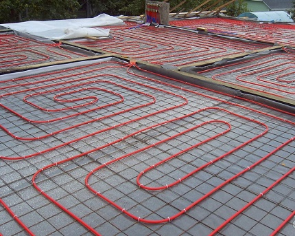 Siltas ūdens grīdas ieklāšana uz sarežģītas formas grīdas