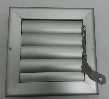 Une solution prête à l'emploi pour la ventilation d'échappement, organisée à l'aide d'un conduit en plastique, consiste à placer la vanne dans un élément en forme - un connecteur de canaux directs