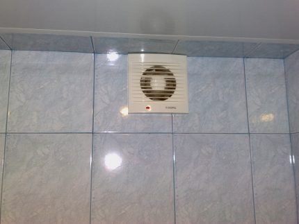 Ventilation d'échappement dans les toilettes