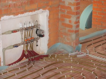Installation of underfloor heating with a collector