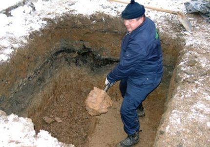 Kasti duobę po kanalizacijos anga